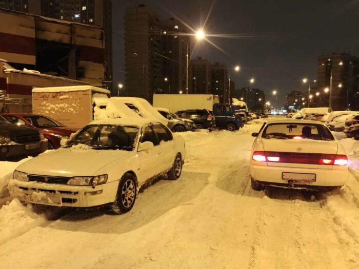 Две белые Toyota на постоянном полном приводе заснеженной зимой