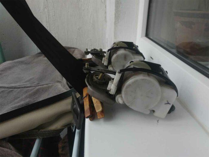 Изображение ремней безопасности Toyota Corona ST195, зажатые прищепками.