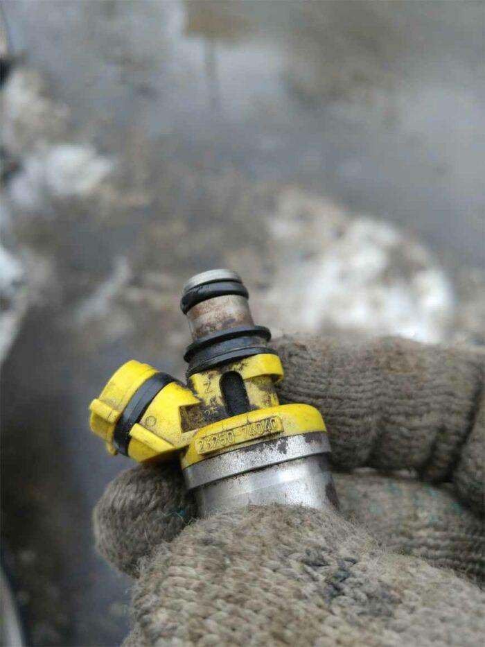 Фотография демонтированной форсунки с двигателя 3S-FE
