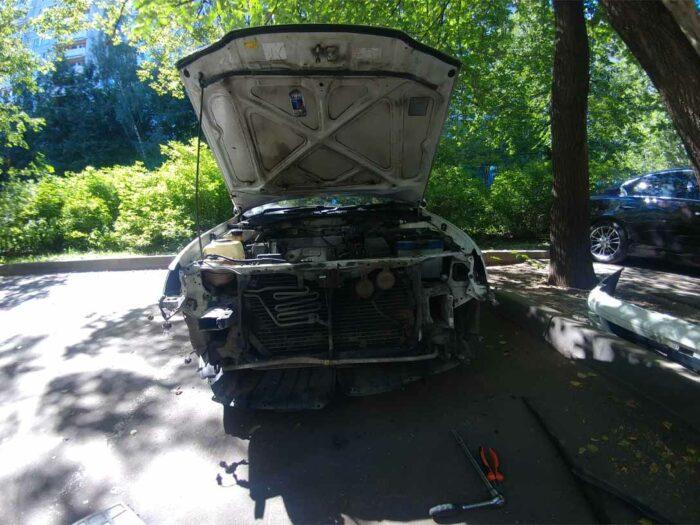 Разобран перед автомобиля для оценки повреждений после ДТП.