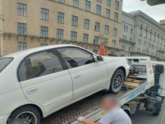 Toyota Corona погружена на эвакуатор.
