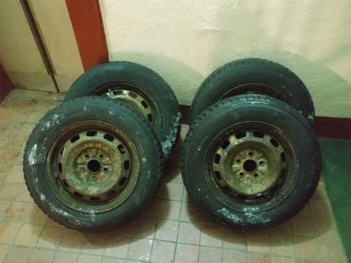 Фотография не красивых маленьких штампованных дисков от Toyota Corona