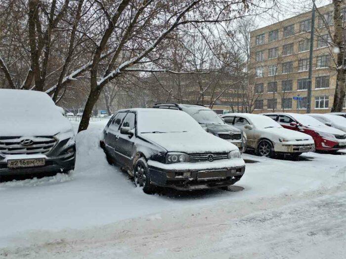 Фотография Volkswagen Golf 3  в снегу на морозе.