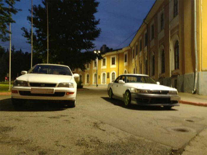 На фотографии изображены две Toyota: Corona ST195 и Chaser 80, обе белые.