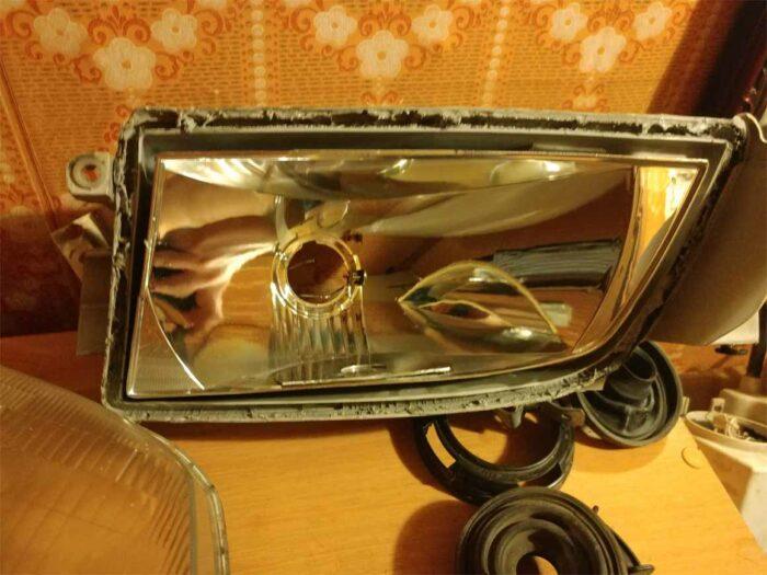 На фото отражатель фары Toyota Corona ST195 с заплаткой выгоревших мест из диска HDD жесткого диска.