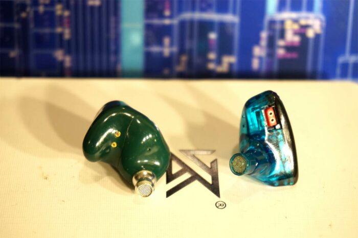 На фото наушники фирмы KZ - TWS ZS1 и проводные ES3. Вывод, что они хоть и похожи, но очень разные.