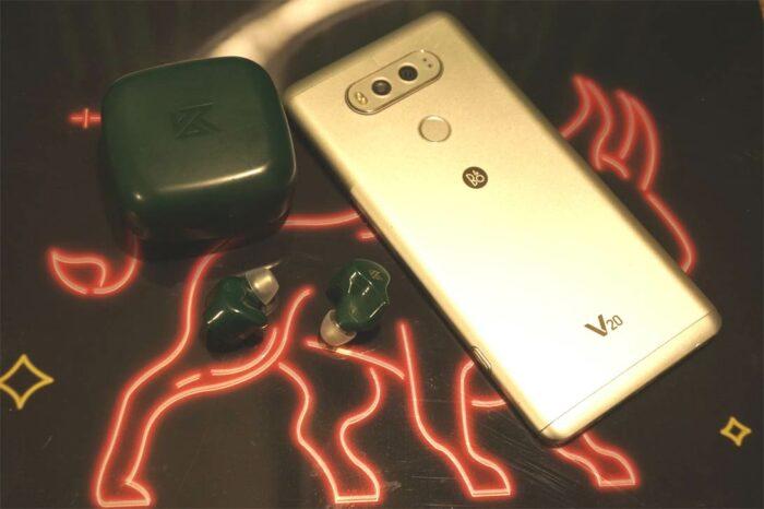 На фото LG V20 и TWS - наушники KZ ZS1